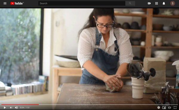 תמונה מתוך סרטון לרחלי בסטודיו הקרמיקה שלה