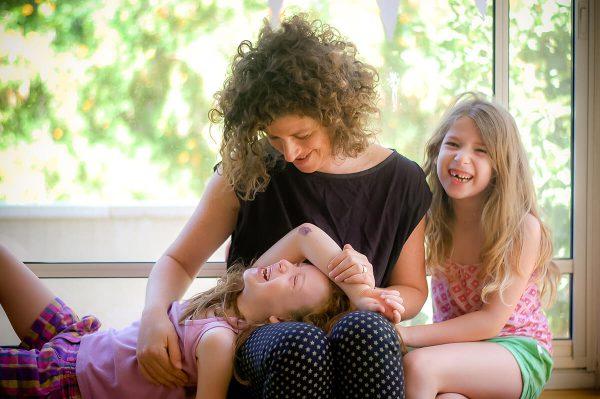 אמא עם שתי בנותיה